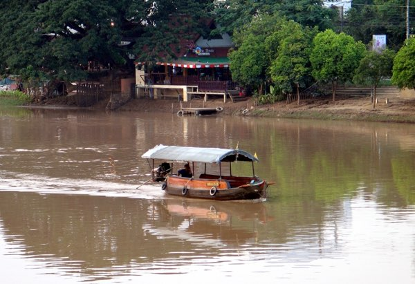 Mae Ping River cruise boat